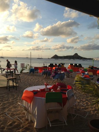 Bay Gardens Beach Resort: Dinner on the beach
