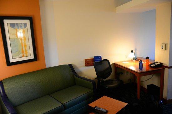 Fairfield Inn & Suites Santa Cruz - Capitola: Living room & desk
