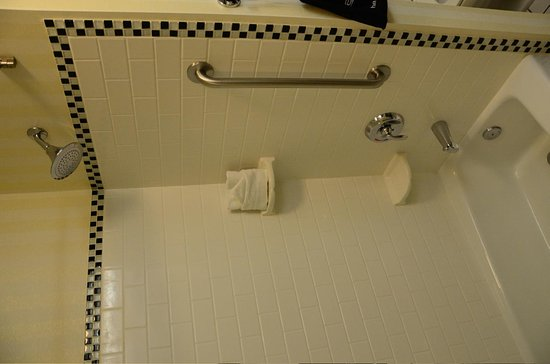 Fairfield Inn & Suites Santa Cruz - Capitola : Bathtub shower