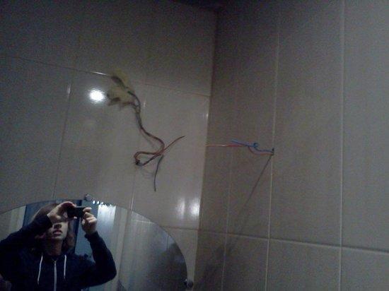 Hotel Paris Bruxelles: live wires exposed