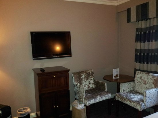 Forster Court Hotel: Wall mounted TV and 2 comfy chairs