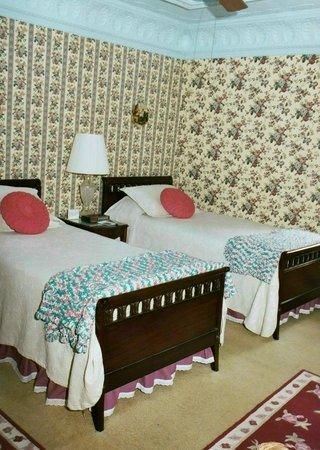 Rosebelle's Victorian Inn: Norman Rockwell Room