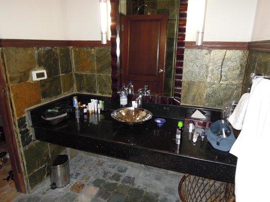 โอลฮูเวลิ บีช แอนด์ สปา รีสอร์ท: Salle de bain récente