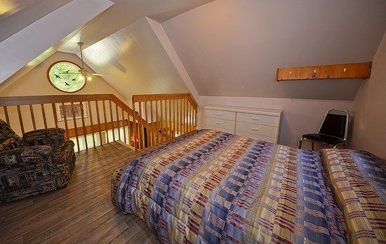 Chalets-Camping Domaine des Dunes : Chambre dans mezzanine