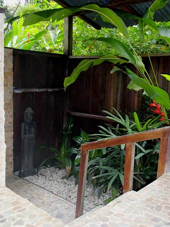 Red Frog Bungalows: Outdoor shower