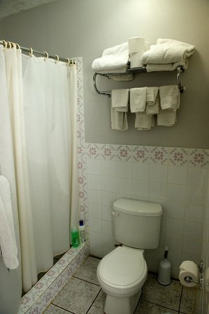 KenMar's Bed and Breakfast: Plenty Of Towels In The Bathrooms