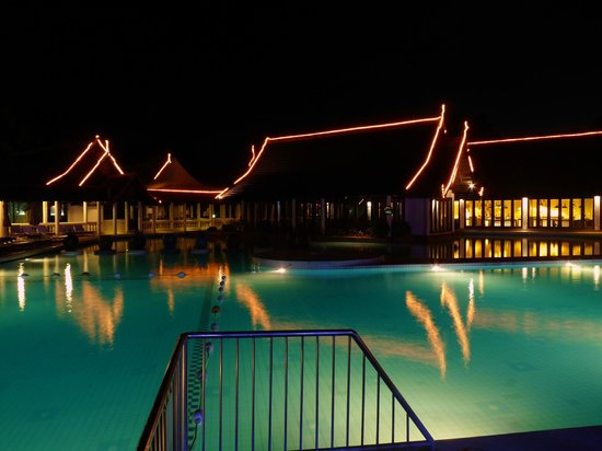 Piscine la nuit picture of club med phuket karon for Piscine club med gym