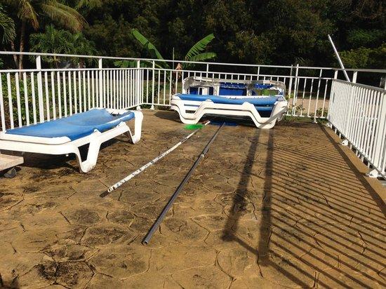 Kawann Beach Hotel : Piscine et Bain de soleil