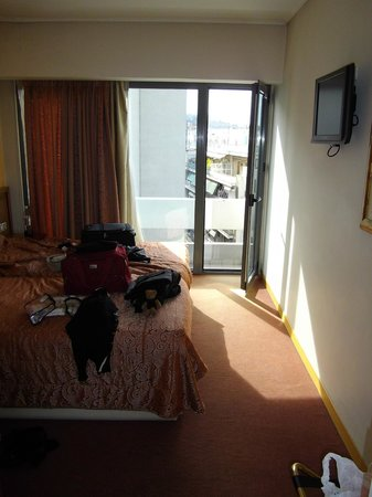 Crystal City Hotel: bedroom/balcony