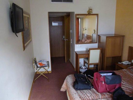 Crystal City Hotel: bedroom