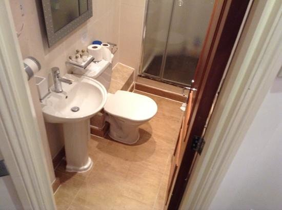 Hotel 82: bathroom