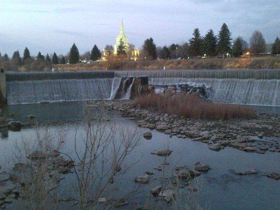 Hilton Garden Inn Idaho Falls: Idaho Falls behind hotel