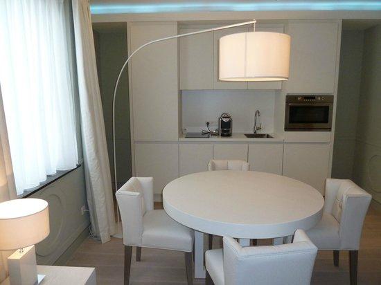 VixX Hotel: Table & kitchen