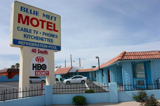 Blue Mist Motel : Front of motel with sign