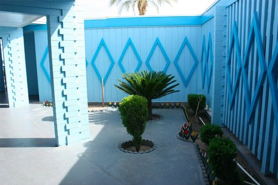 Blue Mist Motel : Semi-private patio outside out room
