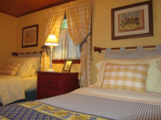 Colonial Pines Inn Bed and Breakfast: Guest House Bedroom with Two Twins