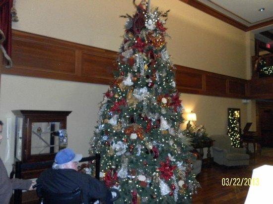 ذي إن آت كريسماس بليس: Christmas Tree in Lobby