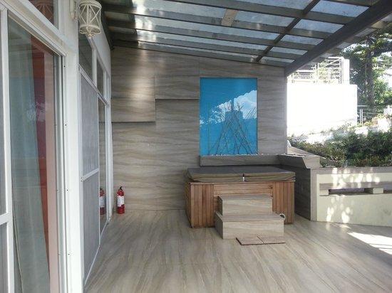 The Inn at Cliffhouse Tagaytay: jacuzzi!