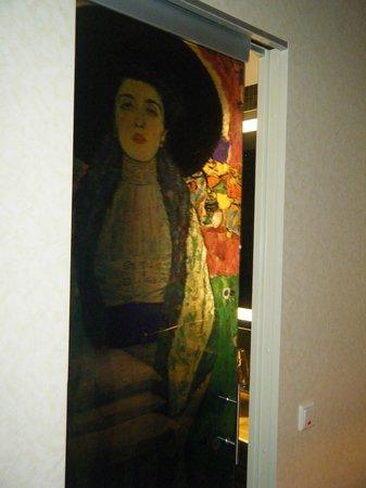 Mercure Josefshof Wien am Rathaus: Klimt painting decorating the bathroom door