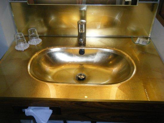 Mercure Josefshof Wien am Rathaus: Golden sink the way Klimt would have liked...
