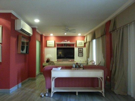 The Inn at Cliffhouse Tagaytay: living room area