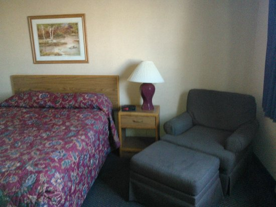 Super 8 Duluth: Bed and Recliner