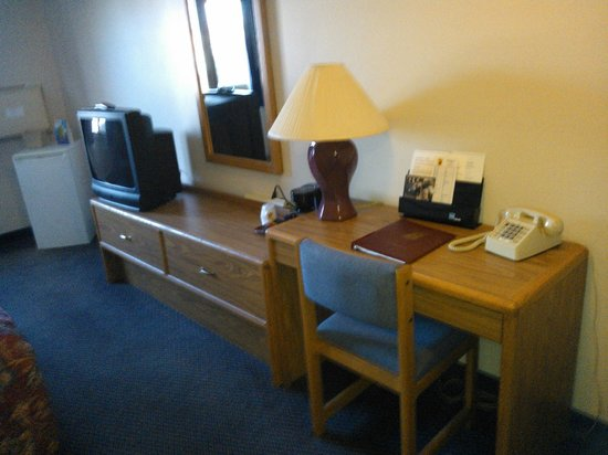 Super 8 Duluth: TV and Desk