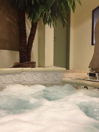 SureStay Plus By Best Western Hotel Houston Medical Center: cold hot tub but clean!