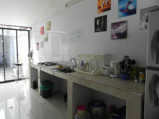 Blue Almond Hostel: Cocina del hostel, me encanto el cartelito!