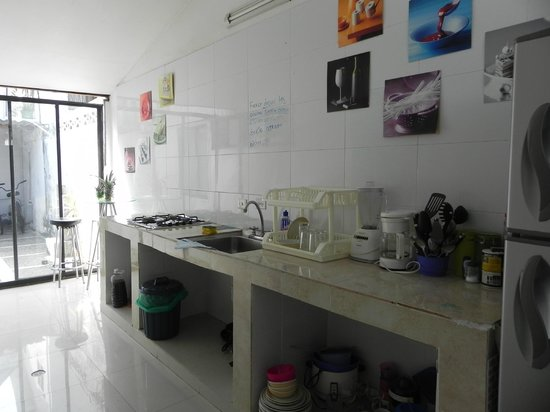 بلو ألموند هوستل سان أندريس: Cocina del hostel, me encanto el cartelito!