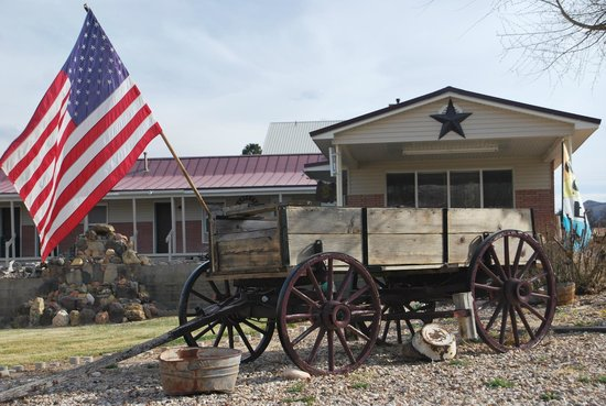 Cowboy Country Inn: Old wagon setting on corner of motel grounds