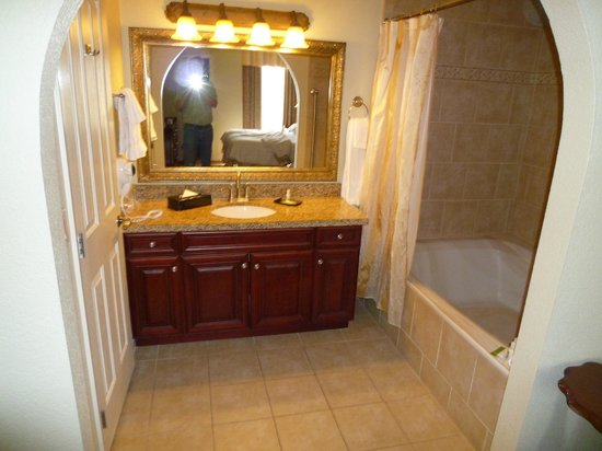 Holiday Inn Club Vacations At Desert Club Resort: 2 bdr Suite - Large Bathroom