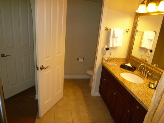 Holiday Inn Club Vacations Las Vegas - Desert Club Resort: 2 bdr Suite - Large Bathroom