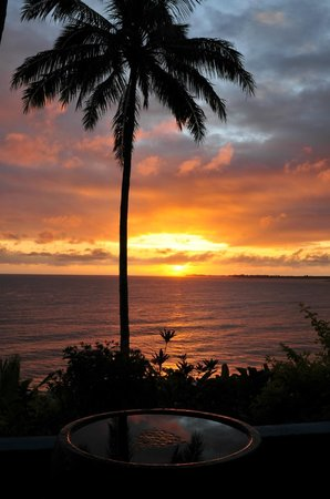 Hale Kai Hawaii Bed & Breakfast: sunrise over Hilo bay