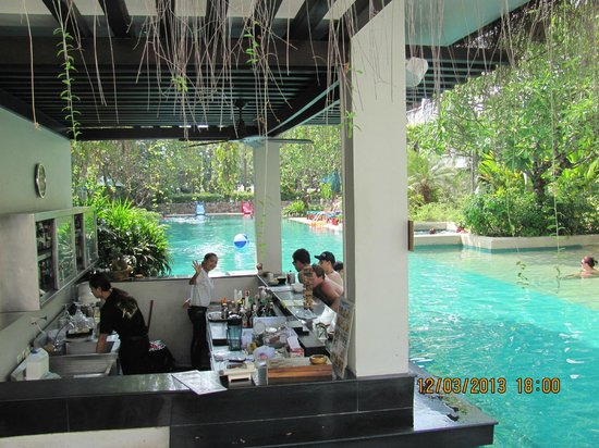 Banthai Beach Resort & Spa: swim up bar