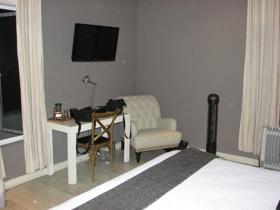 Hotel Villa Condesa: Sitting chair with desk and TV