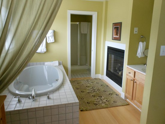 Inn at Huntingfield Creek: Jacuzzi, fireplace and sink in Zen Cottage