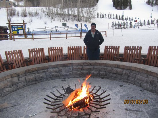 Park Hyatt Beaver Creek Resort and Spa: Fireplace in front of the slopes