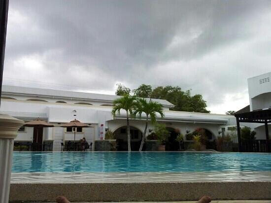 Panglao Regents Park Resort: Вид из номера возле бассейна