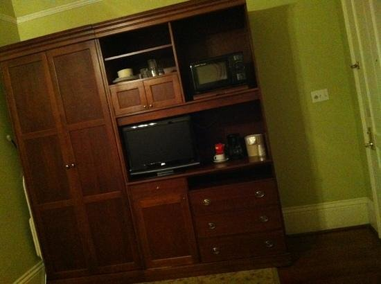 Queen Anne Hotel: tv/fridge area