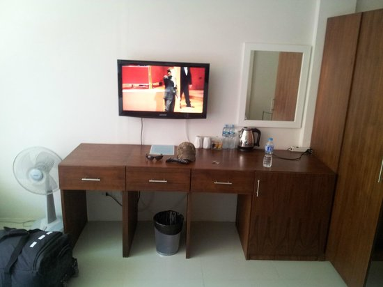 Cafe Siam Guesthouse : nice sized tv and counter top