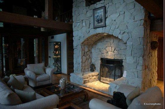 Little Ahwahnee Inn Yosemite: Fireplace
