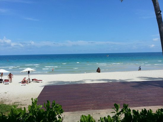 Centara Grand Beach Resort Samui: the beach infront of the hotel