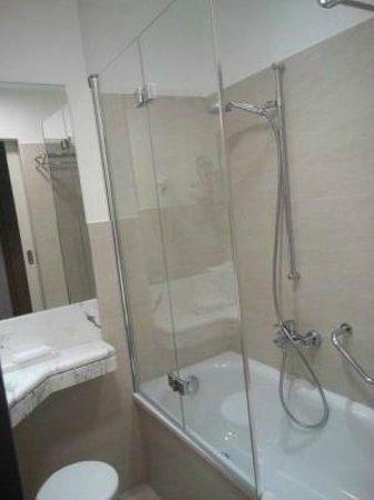 イーデン ホテル ヴォルフ , ガラス戸、お洒落なのは良いんですがもう少し長さがあると良かった…