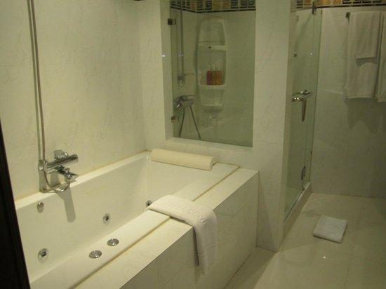 Rayaburi Beach Club Hotel: Bathtub