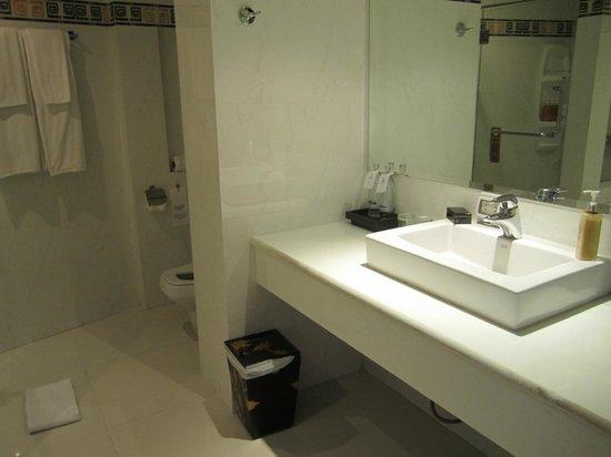 Rayaburi Beach Club Hotel: Bathroom