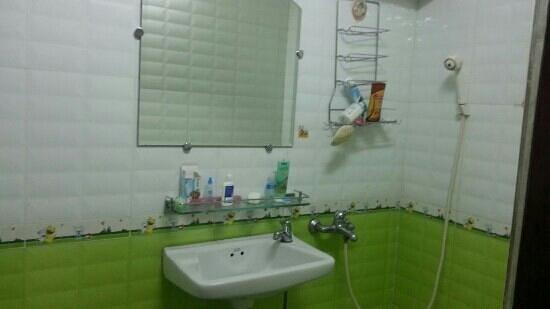 Ocean Pearl Inn: simple bathroom