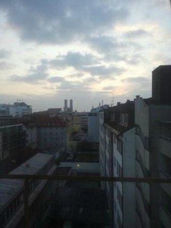 Hotel Royal: 窓を開けて目に入ってくる景色はこんな感じ。フラウエン教会が見えます。