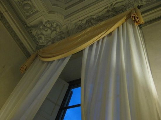 Hotel Palazzo Guadagni: Window/ceiling