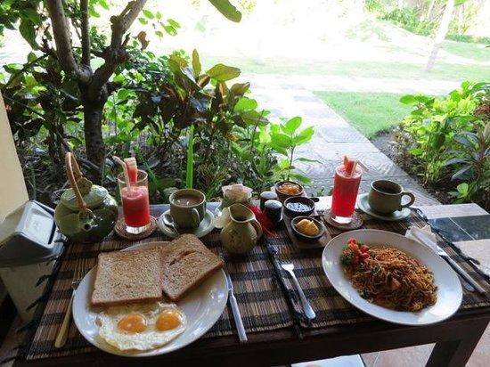 Taruna Homestay: Frühstück auf der Terasse